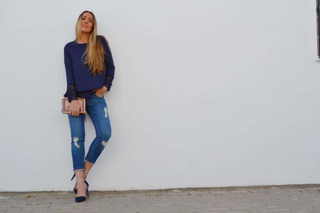 blusa con puntilla en las mangas