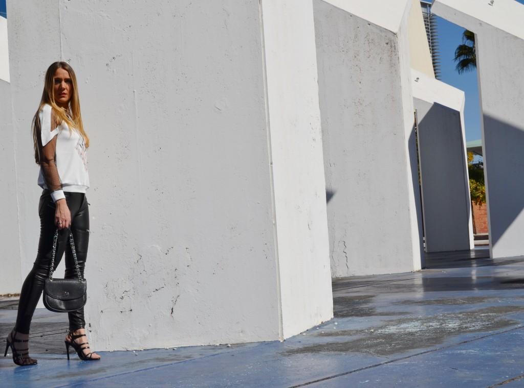 sudadera neopreno y sandalias de Zara