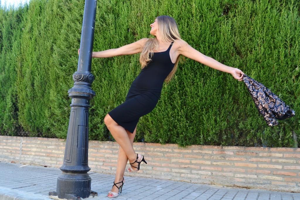 Look de fiesta con vestido negro