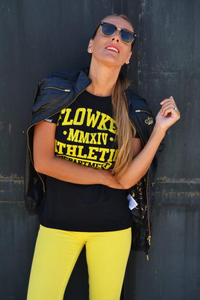 Camiseta flowker en negro y amarillo
