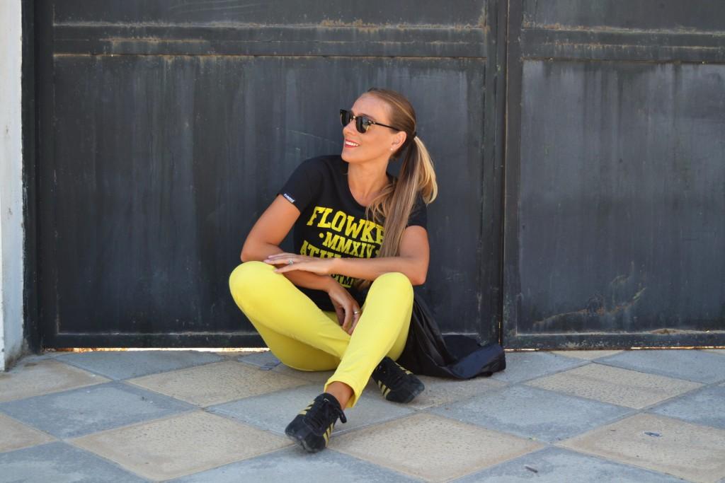 Look sport con pantalón stradivarius en amarillo