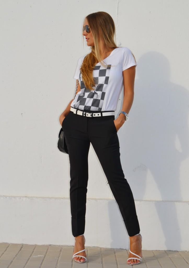 look elegante con un pantalon negro y una camiseta sencilla
