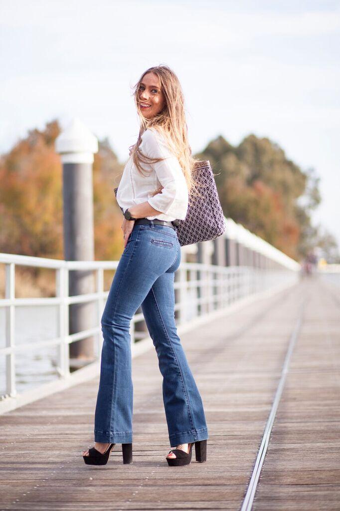 jeans de campana ajustados con bolsillos delanteros