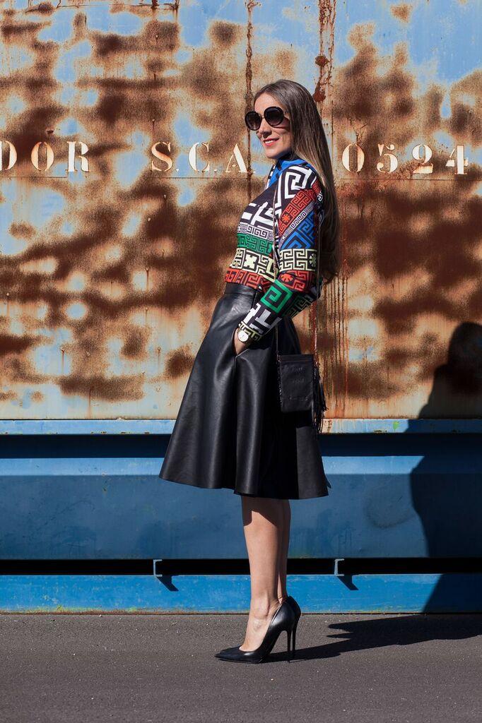 falda negra en polipiel de corte midi Zara