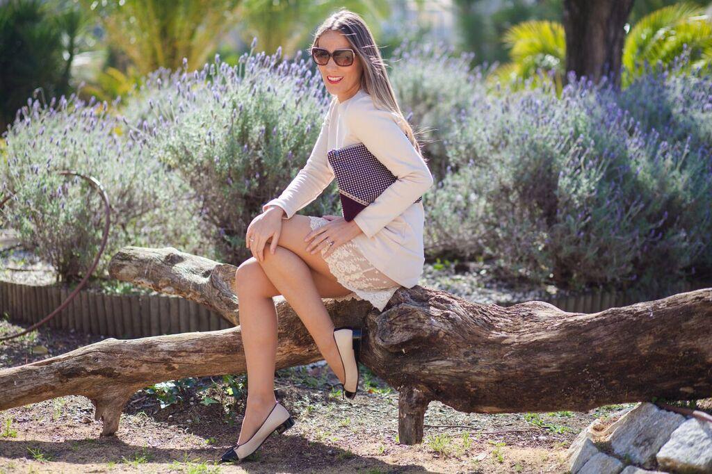 vestido beige con detalle de encaje