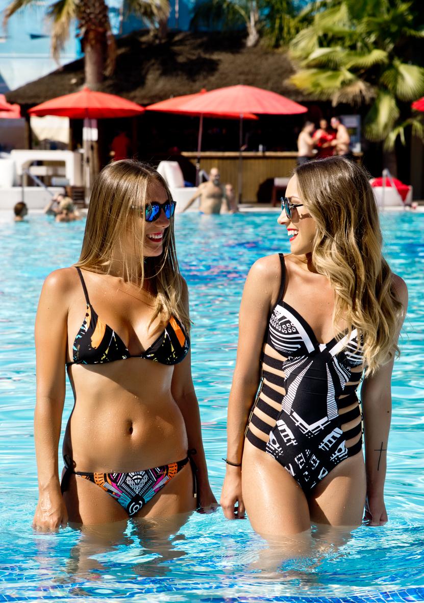 Bikini estampado y bañador con negro predominante
