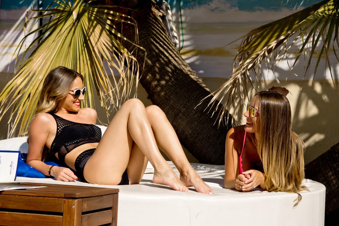 Con bikinis negro mi hija y rosa yo