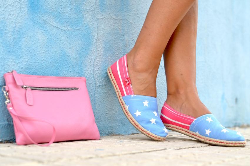 Espadriles y bolso en tonos rosa y celeste